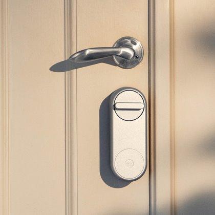 Sfeerimpressie Yale Linus slim deurslot zilver op deur.jpg