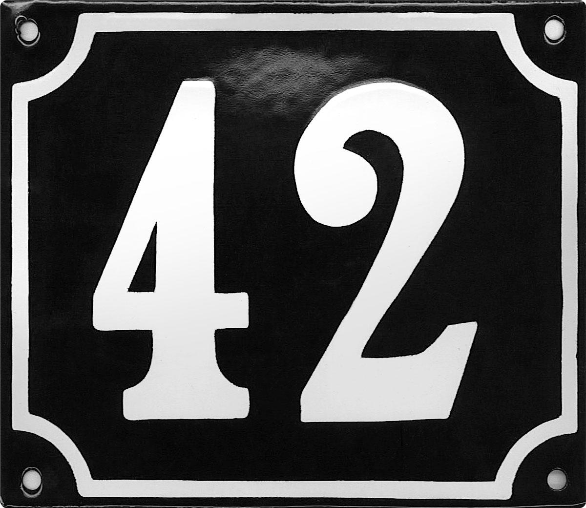 Sfeerimpressie emaille zwart huisnummerbord met witte cijfers 150x180 mm.jpg